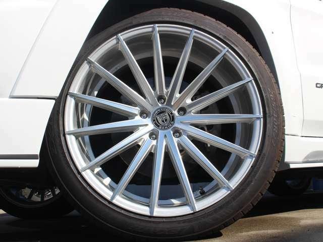 LEXANI22インチアルミはデモ用でインストールしておりますので、車両代金には含まれておりません。こちらのデザイン以外も取り扱っておりますので、お気軽にお問い合わせ下さい。