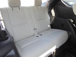 サードシートは2名乗車となります。前から2、3、2名で7人乗りです。