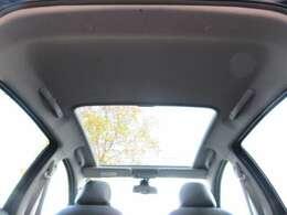 シエロにはパノラミックガラスルーフと呼ばれる大型のガラスルーフが標準装備されております♪車内にいても素晴らしい開放感を感じられます♪