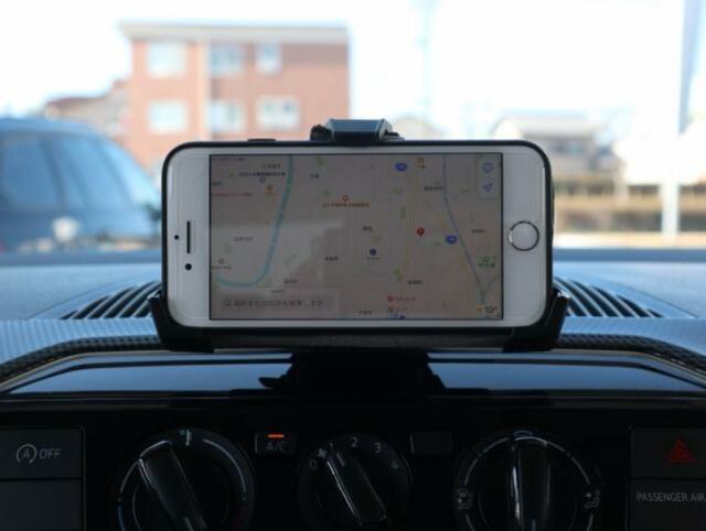 お手持ちのスマートフォンに専用のアプリをダウンロードし、ホルダーにセットすれば、充電しながらナビゲーションや音楽機能、走行データなどいろいろ楽しむことが出来ます。