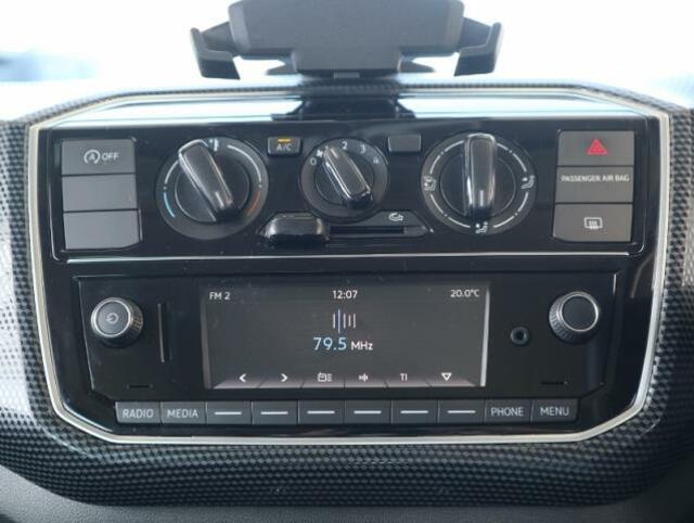 マニュアルエアコンと純正オーディオComposition Media(SDカード+Bluetooth+RADIO)、シンプルで使いやすいです。