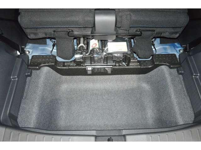 ラゲッジルーム下に収納スペース!洗車道具やレスキューキットなどの収納に便利です!