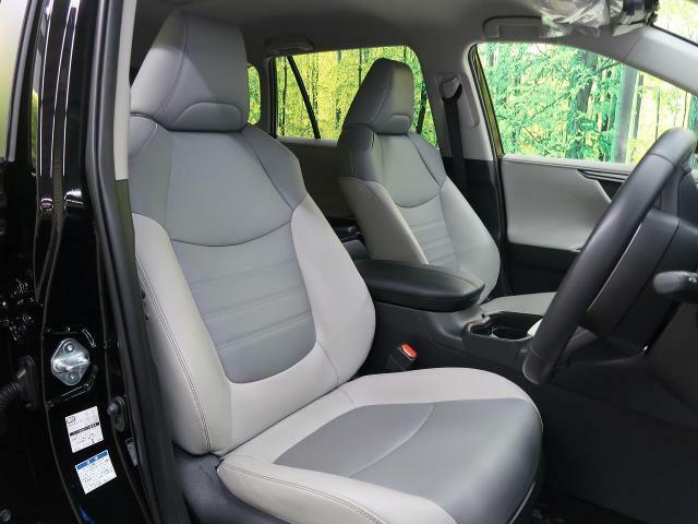 白革シートが高級感たっぷり!フロントシートはゆったり空間☆長時間の走行でもストレスがかかりにくくなっております!ゆったり空間で快適なドライブを楽しめますよ♪