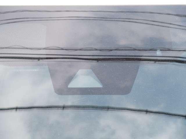 トヨタセーフティセンスが搭載されています。車線逸脱時の警告や前方の車間距離をカメラとレーダーで計測して衝突軽減をしたり、オートでハイビームとロービームを自動で切り替えてくれます。