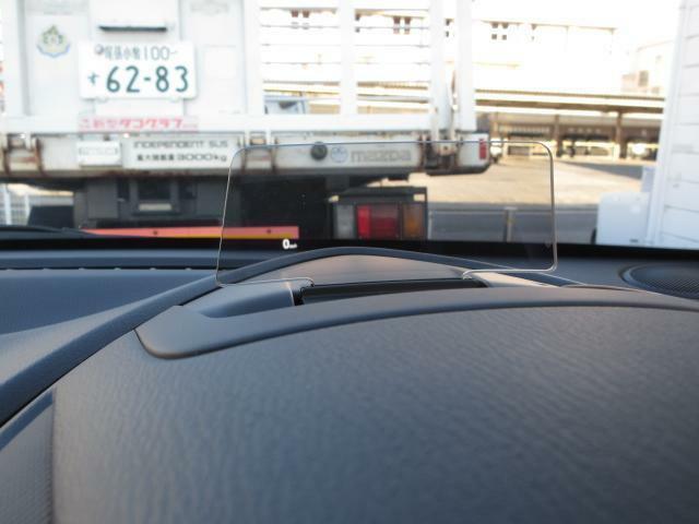 メーター上部には速度などを表示してくれるアクティブ・ドライビング・ディスプレイが装備されております!この装備によって、視線の移動が少なくなり、より運転に集中いただけます☆