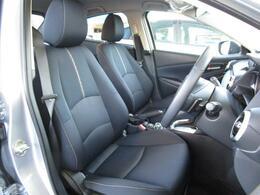 まっすぐに座って運転できるように設計させたマツダこだわりのシートになります!アクセルペダルの配置や形状にも拘りまっすぐに座って運転が出来ます!