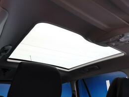 ●パノラマミックガラスルーフ(メーカーオプション):大迫力のパノラマルーフは、後部座席にまで続いており、開放的な空間をお楽しみいただけます。