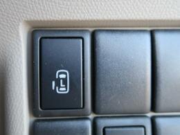片側電動スライドドア 『小さなお子様でもボタン一つで楽々乗り降り出来ます♪駐車場で両手に荷物を抱えている時でもボタンを押せば自動で開いてくれますので、ご家族でのお買い物にもとっても便利な人気装備☆』
