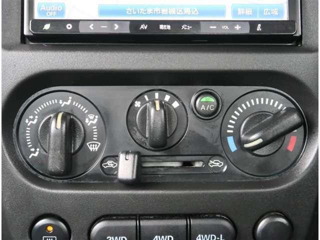 【エアコン】エアコンはダイヤル操作のマニュアル式です。