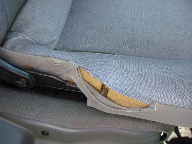 運転席シートに少し切れがあります。