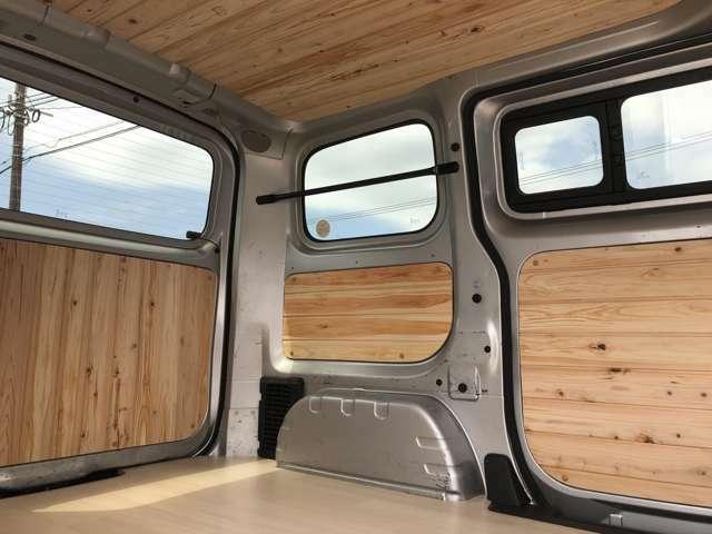 内装は木目パネルで天井、サイド、リアドアパネルを施工済み☆あなただけの一台です!フロアパネルはナチュラルな木目調ですが、納車前に他の柄に変えることも可能です☆写真では2列目を外した場合です☆