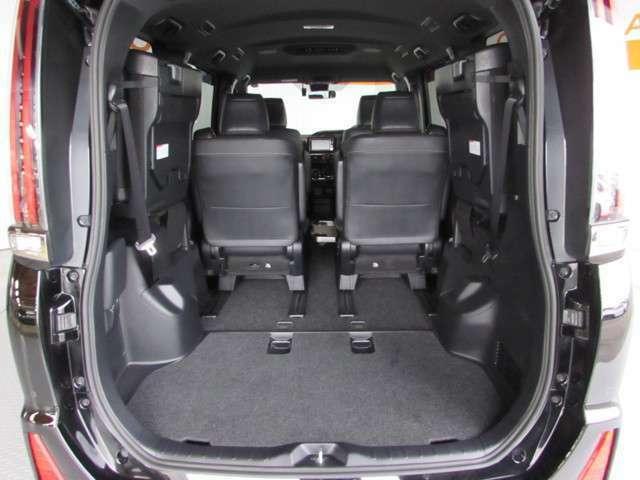 サードシートを跳ね上げて大容量のラゲージスペースを実現!サードシートの跳ね上げは、軽い力でラクラクできちゃいます♪広くて使い勝手のよい荷室開口部は、荷物の出し入れもしやすいです。