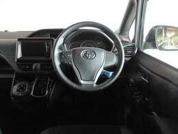 フィット感のある革巻きハンドルと視線移動が少ないインパネシフト。.少し高めのシートで周囲の視界が良く運転しやすい車です。