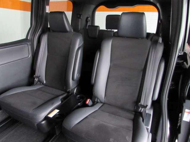セカンドシートはゆったり座れるアームレスト付きセパレートシート!足元広々で、リラックスできる上質なシートです。