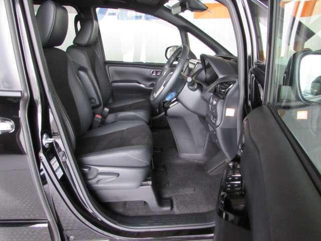 フロントドアは広い開口で乗り降りし易く、ミニバンならではの少し高めのシートポジション。 座り心地良く視界良好で運転がとてもし易い車です!