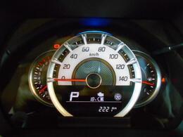 シンプルで見やすいメーターデザインです。中央下部のディスプレイでは、マイルドハイブリットシステムのエネルギーフローや各種車両情報をご確認いただけます。