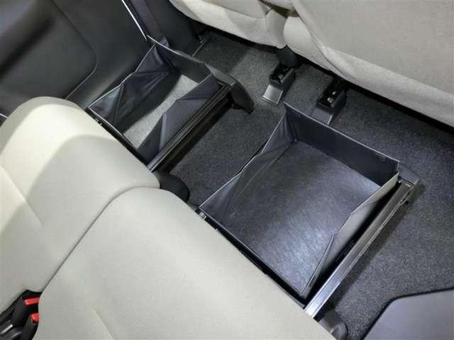 シートの下にも物入があります。