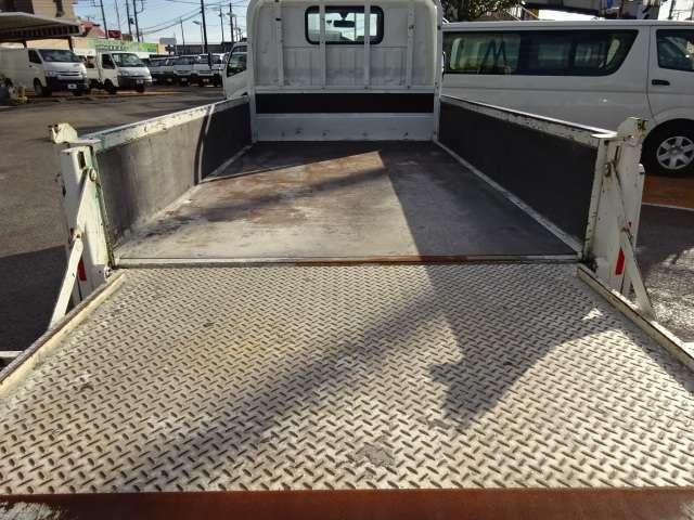 荷台は新品鉄板床を張ります! 煽りとゲートは塗装します