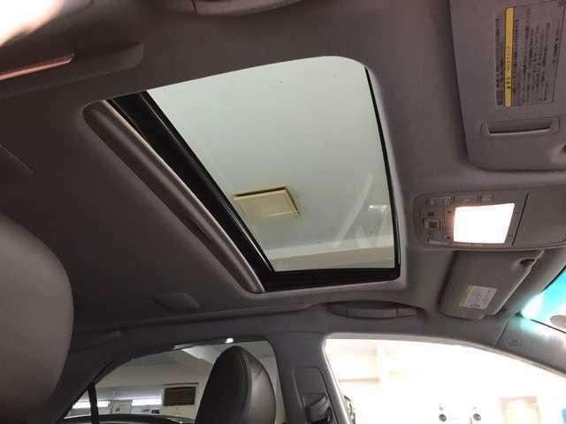 サンルーフで車内が明るくなります。