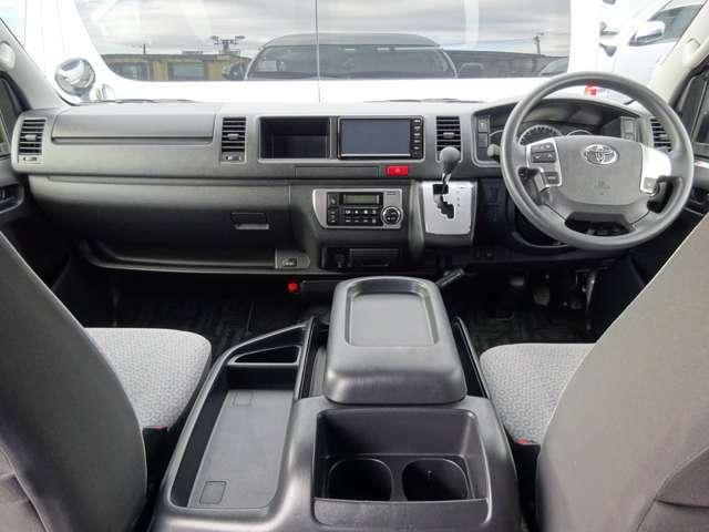 6速AT/運転席エアバッグ/ABS/スマートキー/イモビライザー/VSC(横滑り防止機能)/電動格納式ドアミラー/純正ETC/フロントオートエアコン/リヤクーラー/リヤヒーターが装備されています。