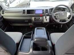 Wエアバッグ/ABS/スマートキー/イモビライザー/アクセサリーコンセント(AC100V)/純正ETC/フロントオートエアコン/リヤクーラー/リヤヒーターが装備されています。