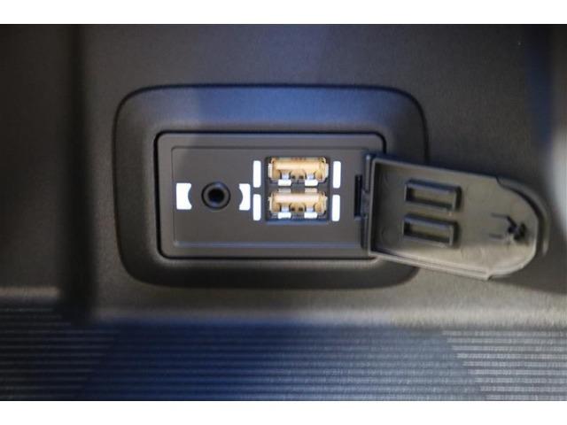 USBソケットが2口装備されていて、スマートフォンやiPhoneの充電などができます。複数ソケットは便利ですね。