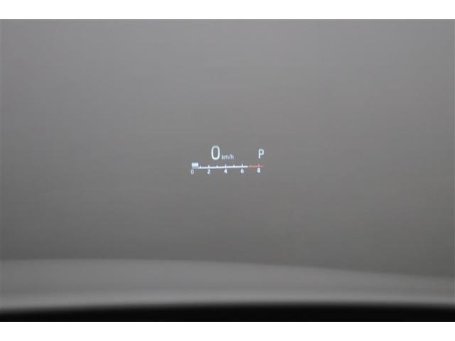 ヘッドアップディスプレイ(HUD)です。運転に必要な情報をフロントガラスの視野内に投影することで視線を外さず確認できます。車速のほかにナビと連携したルート案内など、さまざまな情報をワイドに表示します。