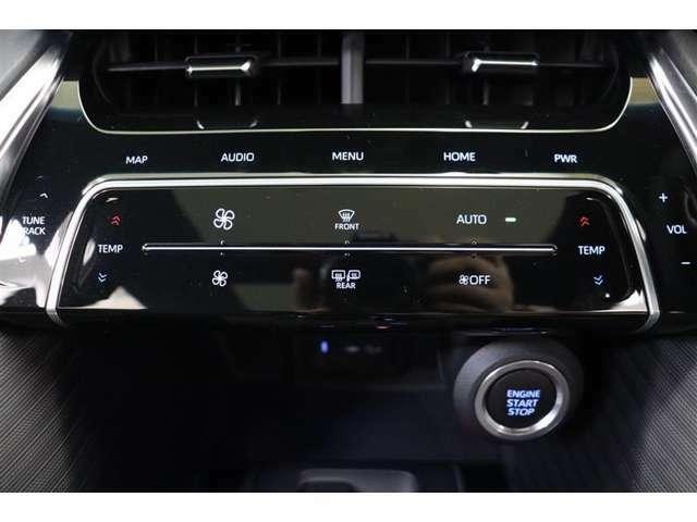エアコンはタッチ操作で使いやすくなっています。運転席と助手席で個別設定が出来るので、席による温度差も解消でき快適なドライブが楽しめます。