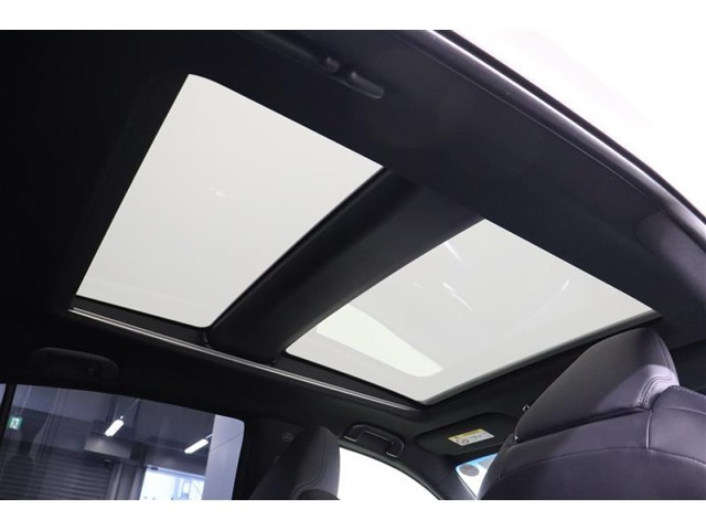 調光ガラスですので、ボタン操作でクリアにすることも不透明にすることも出来ます。調光状態では室内に障子越しのような柔らかく優しい光が入り、ゆったりした空間を体感できます。