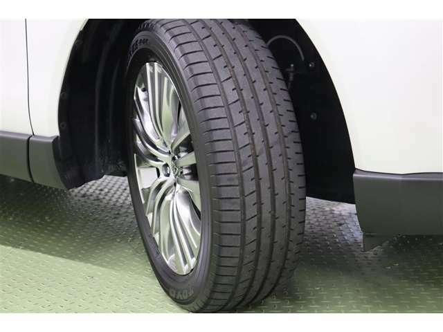 タイヤサイズ 225/55R19 スタイリッシュなデザインの純正アルミホイールを装着しています。雪道などでのスリップを電子制御で少なくする【トラクションコントロール】で安定した走行をサポートします。