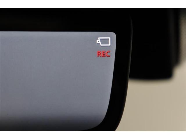 ドラレコは走行中ばかりではなく駐車中にも能力を発揮します。例えば駐車中に当て逃げられたり、イタズラなども映像が残ります。カメラの存在が抑止力にもなります。映像はインナーミラー内に表示されます。