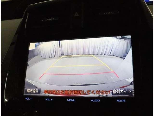 後方視界の確保に役立つバックモニターつき。