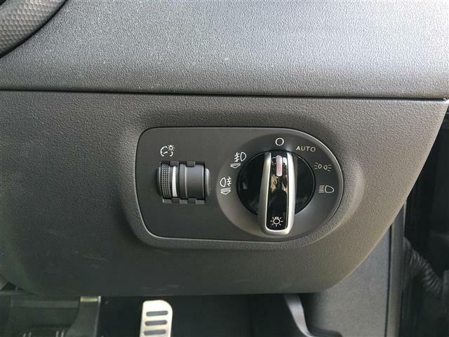 【オートライト】ヘッドライトを自動で点灯・消灯してくれる機能です!トンネル走行時の点灯、抜け出した後の消灯忘れも気にしなく快適ドライブ!