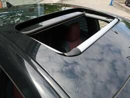 サンルーフを装備!【ボタン1つで開閉操作が可能です!車内の開放感がUP♪居住空間も広く感じる事ができます!】