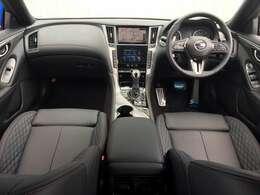 スポーティなドライビングへの高い機能性と、プレミアムな質感を融合させたインテリア