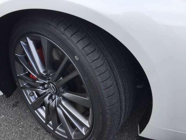 ガンメタ塗装19インチアルミホイール足元もお洒落です!タイヤの溝もたっぷりで安心です◎