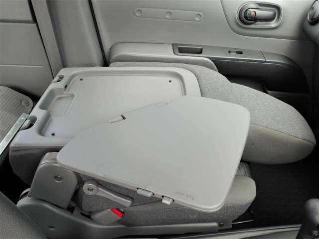 〇助手席の背もたれが、運転席側から操作できるレバーの操作でこのようにテーブルに変形します!助手席側のインパネには100Vコンセントも設置で、PCなどの稼働にも便利!