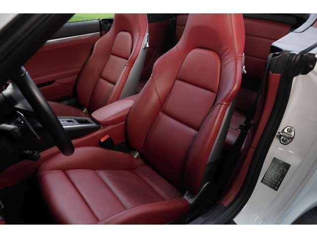 アダプティブスポーツシートプラスは18way電動シートです。メモリー機能も備わっておりますので、複数で使用される場合は大変便利です。