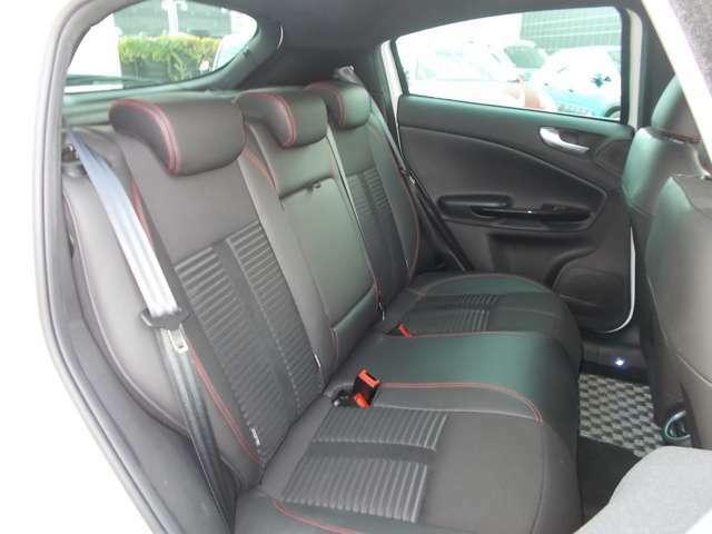 後席空間も広く、同乗者の方も快適にドライブ出来ます。
