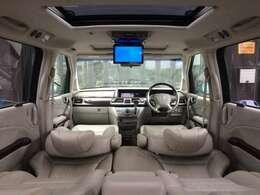 たくさんの人が乗れるミニバンには、必須装備のフリップダウンモニター完備で、ホームシアターのように、DVD映画鑑賞でもしながら、後部座席でのロングドライブも退屈知らずです!