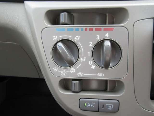 温度・風量・風向を任意で調節可能なマニュアルエアコン装備しております!