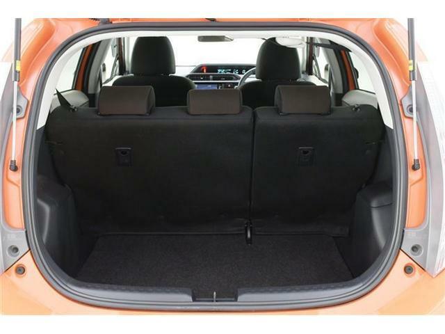 SUVやミニバンに比べれば小さめの荷室ですが、普段のお買い物には十分お役立ていただける大きさです◎