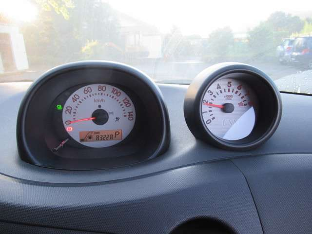 83228キロです!10万キロを超えても安心のタイミングチェーン式エンジンです!タコメーター付きです!