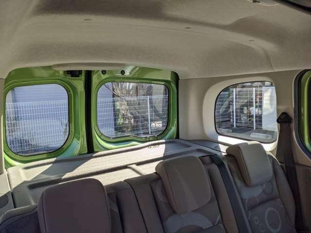 窓も大きく、ボディ色も相まってドライブが楽しくなりますね!