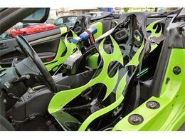 フルバケットシートにカスタムペイントが施され外装色ともマッチしております