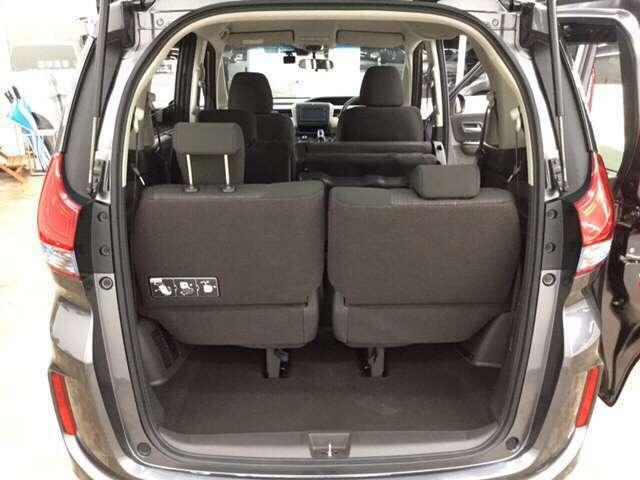 ちょっとした荷物が載せられます★後部席の座面は跳ね上げることが出来るんです!高さがあるものなども載せられる優れ物なんですよ!