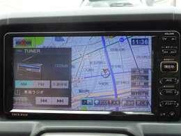 【ナビ】装備しております。センターパネルの中央にあり、運転しながらでも見やすくなっております。遠出のドライブなどもしっかりとサポートしてくれますよ。