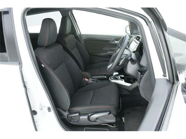 シートはレッドステッチ&レッド柄入りブラックファブリックシート♪運転席にはシートリフター機能付きでドライバーに合わせた調整が可能!