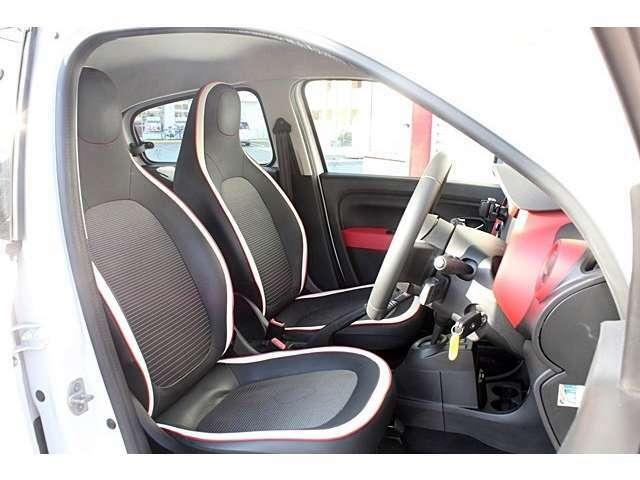 スポーティな形状のフロントシート!ホワイトレザーの縁取りが良いアクセントです!