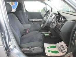 運転席のお写真です。 足元が広くゆったり座れるシートは長時間の運転でも疲れにくくなっております♪